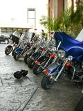 Tunga motorcyklar ställs upp royaltyfri foto