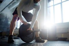 Tunga Powerlifting i idrottshall Arkivfoton