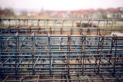 Tunga stålstänger på konstruktionsplatsen, infrastruktur specificerar och hjälpmedel Royaltyfria Foton