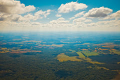 Tunga stackmolnmoln på en solig dag på en höjd av 1000 meter Fotografering för Bildbyråer