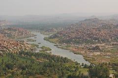 Tungabhadra flod och bergen, Hampi, Indien Royaltyfri Foto