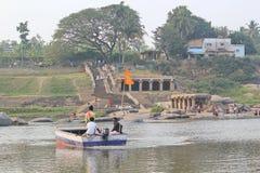 Tungabhadra flod och locatfolket, Hampi, Indien Arkivbild