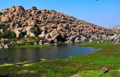 Tungabhadra flod på Hampi i Karnataka arkivfoton