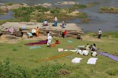 Tungabhadra flodliv på bankerna Royaltyfri Bild
