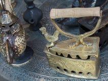 Tungt antikt järnhjälpmedel för Retro stil för att stryka royaltyfria bilder