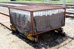Tungt - använd rostad järnväg vagn för metall som stängs med den starka trådburen på den oanvända delen av järnvägsspår fotografering för bildbyråer