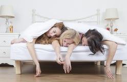 Tungt drucken kvinnasömn i säng fotografering för bildbyråer
