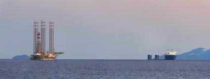 Tungt elevatorlastfartyg och en stålar upp rigg Fotografering för Bildbyråer