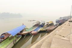 Tungt förorenad luft från skogsbrandräkningen Mekong River royaltyfri bild