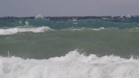 Tungt hav och säkerhetsbrytare under en storm arkivfilmer