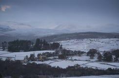 Tungt insnöat den skotska Skotska högländerna och mycket av UK Royaltyfria Bilder