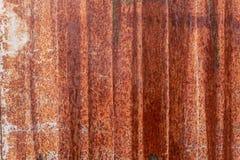 Tungt korrugerad rödaktig textur för metallplatta arkivfoto
