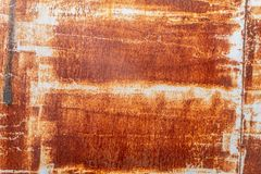 Tungt korrugerad rödaktig textur för metallplatta arkivbild