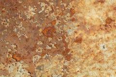 Tungt korrugerad r?daktig textur f?r metallplatta arkivbilder