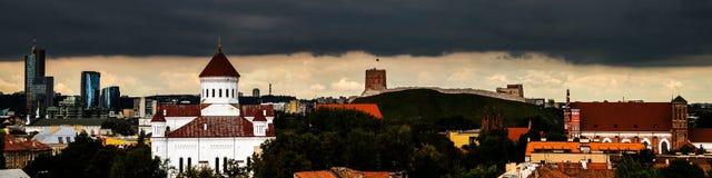 Tungt mörkt moln över Vilnius, Litauen royaltyfria bilder