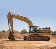 Tungt maskineri för utgrävning på konstruktionsplats royaltyfria bilder
