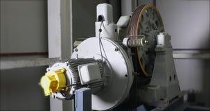 Tungt maskineri fortsätter att arbeta i industriell fabrik arkivfilmer