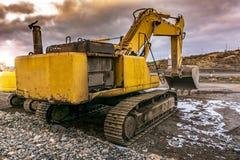 Tungt maskineri i en hård dag av arbete i konstruktionen av en väg royaltyfria foton