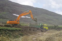 Tungt maskineri på konstruktionen av vägar i bergen royaltyfri fotografi