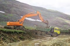 Tungt maskineri på konstruktionen av vägar i bergen royaltyfria bilder