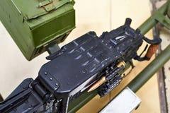 Tungt maskingevär och band med kassetten royaltyfria foton