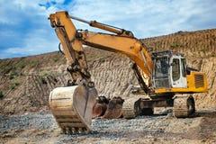 Tungt material för grävskopapäfyllningsjord från huvudvägkonstruktionsplats arkivfoton