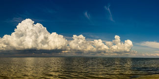 Tungt mörkt moln ovanför havet för regnet Royaltyfri Foto