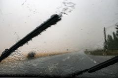 tungt regn Skyfall på vindrutan Vindrutatorkare royaltyfri fotografi