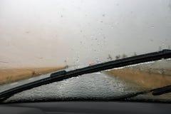 tungt regn Skyfall på vindrutan Vindrutatorkare arkivfoto
