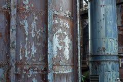 Tungt rostade rör och rör som skalar industriell bakgrund för målarfärg fotografering för bildbyråer
