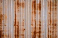 Tungt rostigt belägger med metall bakgrund med non den upprepande pattenen för snedsteget Begreppsbild för urbanisering, steampun Royaltyfria Bilder