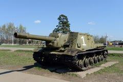 Tungt självgående artilleri ISU-152 på den minnes- komplexa linjen av härlighet Arkivbild
