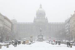 Tungt snöfall över Wenceslas Square i Prague, Tjeckien Arkivfoto