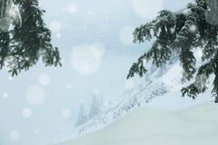 Tungt snöfall i bergen under tung vinter royaltyfri fotografi