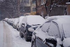 Tungt snöfall i staden arkivbild