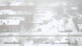 Tungt snöfall i staden i slowmotion Snöig gator, hus och maskin Ändringsfokus från suddigt 1920x1080 lager videofilmer