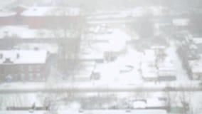 Tungt snöfall i staden i slowmotion Snöig gator, hus och maskin Ändringsfokus från suddigt 1920x1080 stock video