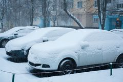 Tungt snöfall i stadvinter arkivfoto
