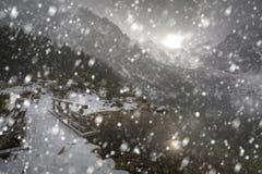 Tungt snöfall på ögat av hav sjön i Tatra berg arkivbilder