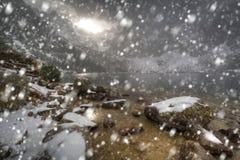 Tungt snöfall på ögat av hav sjön i Tatra berg royaltyfria bilder