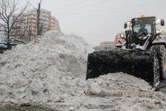 Tungt snöfall på motorwayen royaltyfri foto