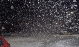 Tungt snöfall på natten arkivfoto