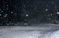 Tungt snöfall på natten arkivfoton