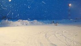 Tungt snöfall på plattformen på natten arkivfilmer