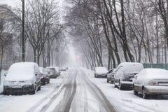Tungt snöfall på stadsgatorna arkivbild