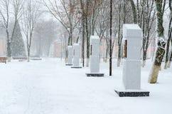 Tungt snöfall som snö-täckas parkerar i staden Vetka, den Gomel regionen, Vitryssland arkivbild