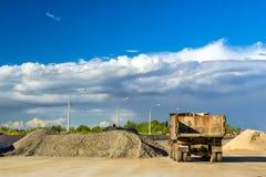 Tungt töm lastbilen, snabb väg för konstruktion Arkivfoto