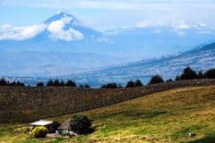 Tungurahua e vulcões do altar, Andes de Equador central Imagens de Stock Royalty Free