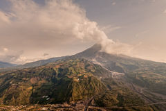 Tungurahua, Menge von Ash Darkening The Blue Clear-Himmel stockbild