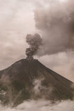 Tungurahua Volcano Surrounded In Clouds Full di Ash And Smoke immagini stock